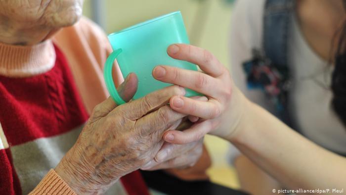 Kilkaset tysięcy kobiet i mężczyzn z Europy Wschodniej opiekuje się niemieckimi seniorami, nie mając umowy o pracę /picture-alliance/dpa/P. Pleul /Deutsche Welle