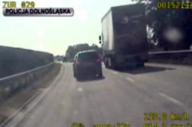 Kilkukrotnie passat mógł staranować wolniejsze samochody /Policja