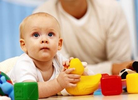 Kilkumiesięczne dziewczynki, spędzają znacznie więcej czasu na zabawie lalkami niż chłopcy