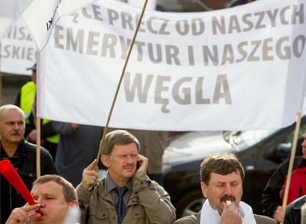 Kilkuset emerytów i rencistów górniczych protestowało 12 XI bprzeciwko odebraniu deputatów węglowych /PAP