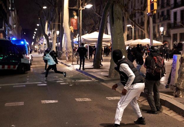 Kilkusetosobowe grupy zwolenników rapera Pabla Hasela wszczęły w sobotni wieczór zamieszki w centrum Barcelony / ALEJANDRO GARCIA    /PAP/EPA