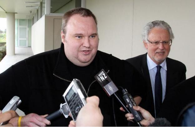 Kim Dotcom tuż po opuszczeniu aresztu - jakie będą jego dalsze losy? /AFP