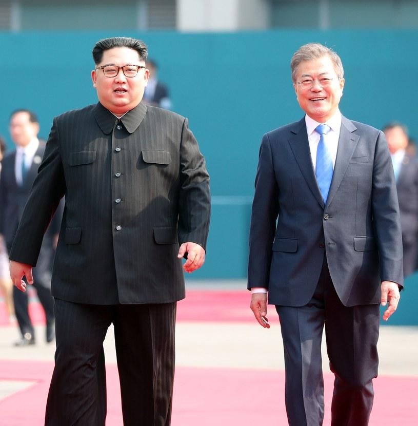 Kim Dzong Un i Mun Dze In podczas piątkowego szczytu /PAP/EPA
