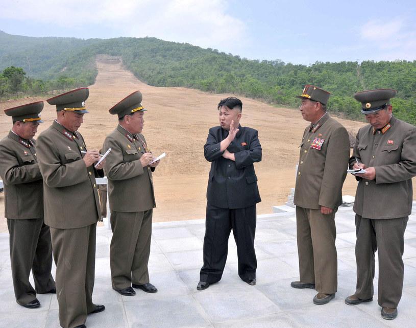 Kim Dzong Un i towarzysze wizytują plac budowy centrum narciarskiego /AFP