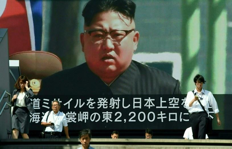 Kim Dzong Un na jednym z ekranów w Tokio /AFP