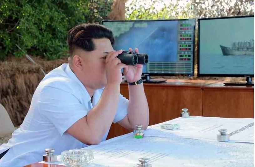 Kim Dzong Un obserwuje testy /PAP/EPA