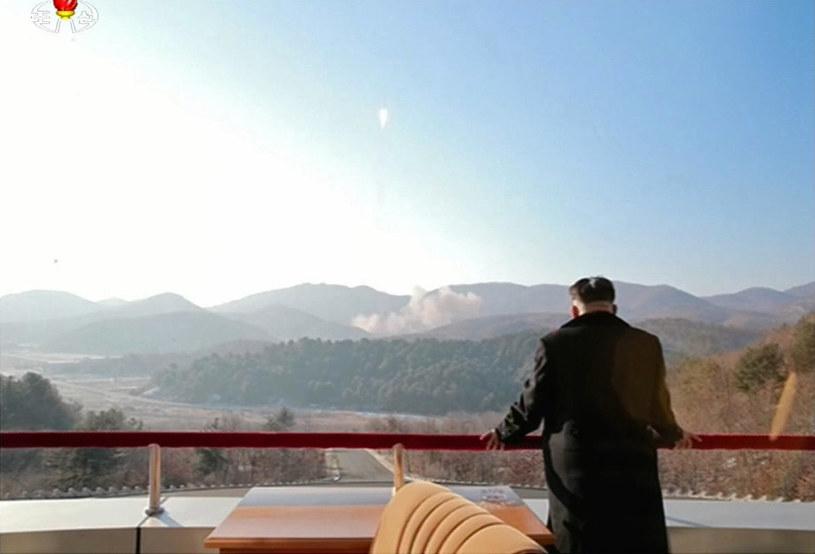 Kim Dzong Un obserwuje wystrzelenie rakiety balistycznej dalekiego zasięgu /AFP