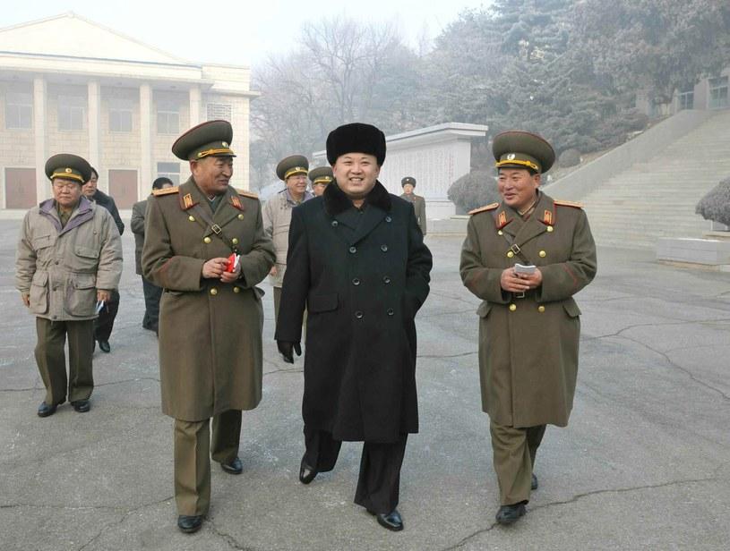 Kim Dzong Un podczas inspekcji w jednostce w Nampo /PAP/EPA