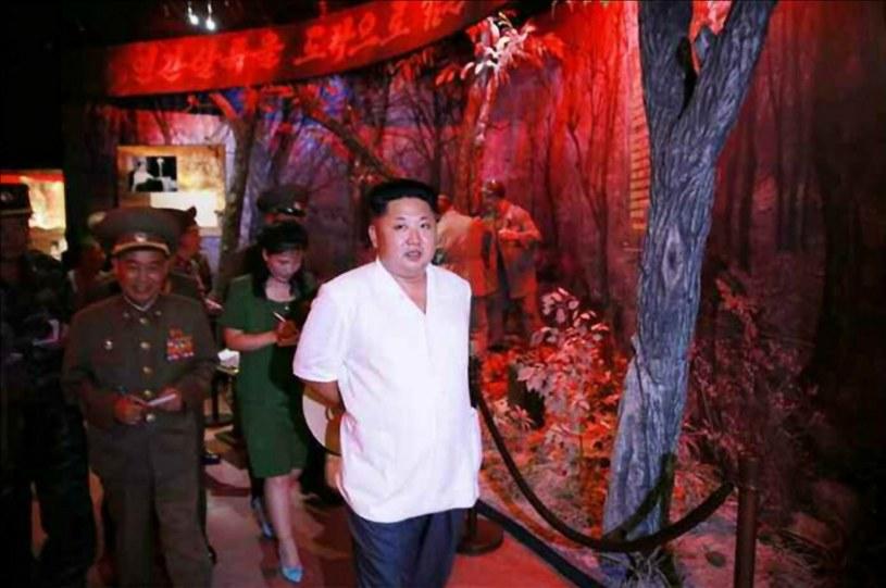 Kim Dzong Un podczas wizyty w muzeum /PAP/EPA