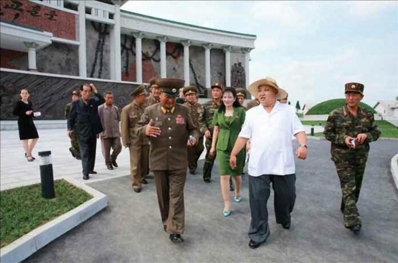 Kim Dzong Un przed gmachem muzeum /PAP/EPA