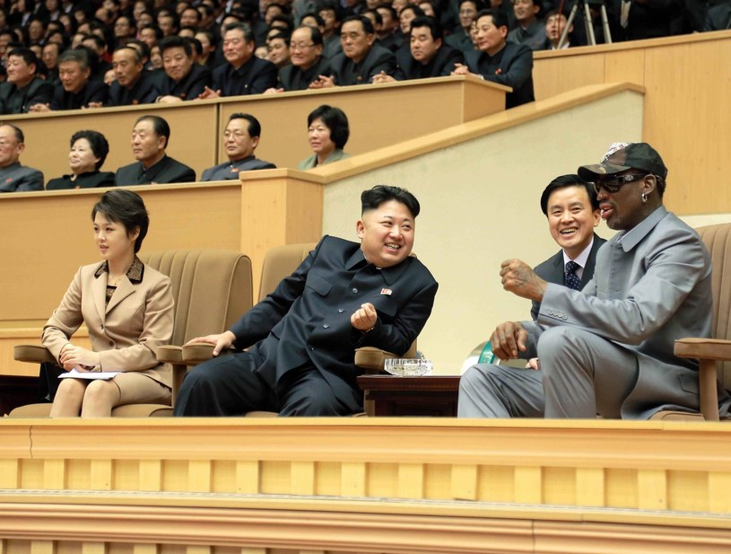 Kim Dzong Un rozmawia z Dennisem Rodmanem /PAP/EPA