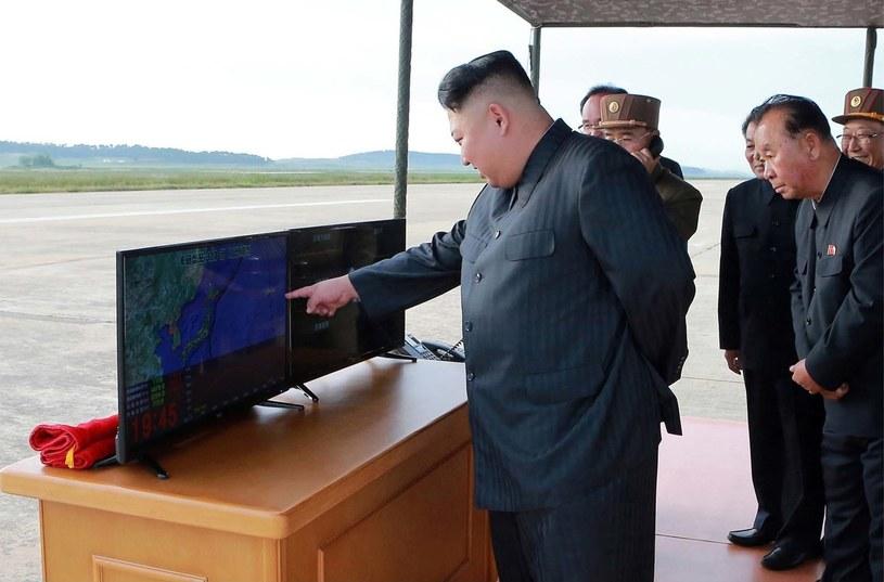 Kim Dzong Un w towarzystwie wojskowych /    KCNA via KNS /East News
