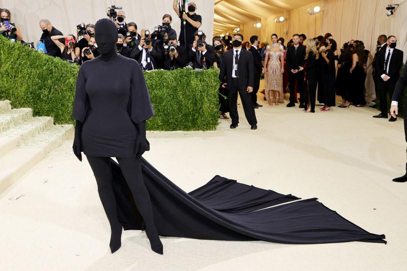 Kim Kardashian chętnie wybiera na MET Gala niekonwencjonalne, ciekawe stylizacje /Getty Images
