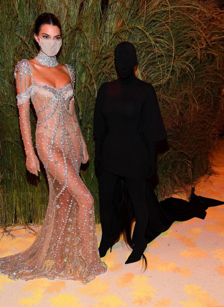 Kim Kardashian i Kendall Jenner na Gali MET /Kevin Mazur/MG21 /Getty Images