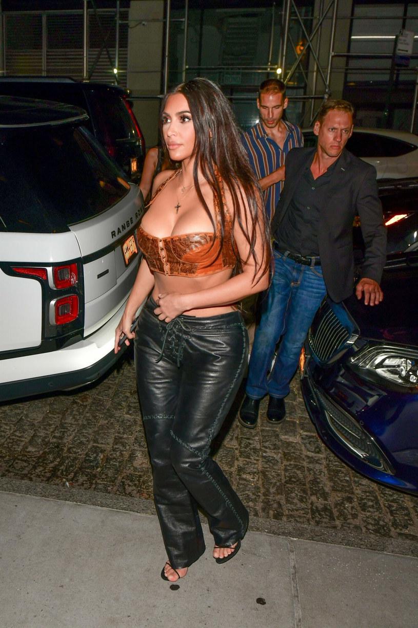 Kim Kardashian w odważnej stylizacji /BACKGRID /East News