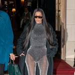 Kim Kardashian w rajstopach i body. Zapomniała spódnicy?