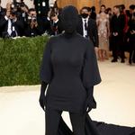 Kim Kardashian z zasłoniętą twarzą na gali MET! Czy gwiazda miała pod maską makijaż?