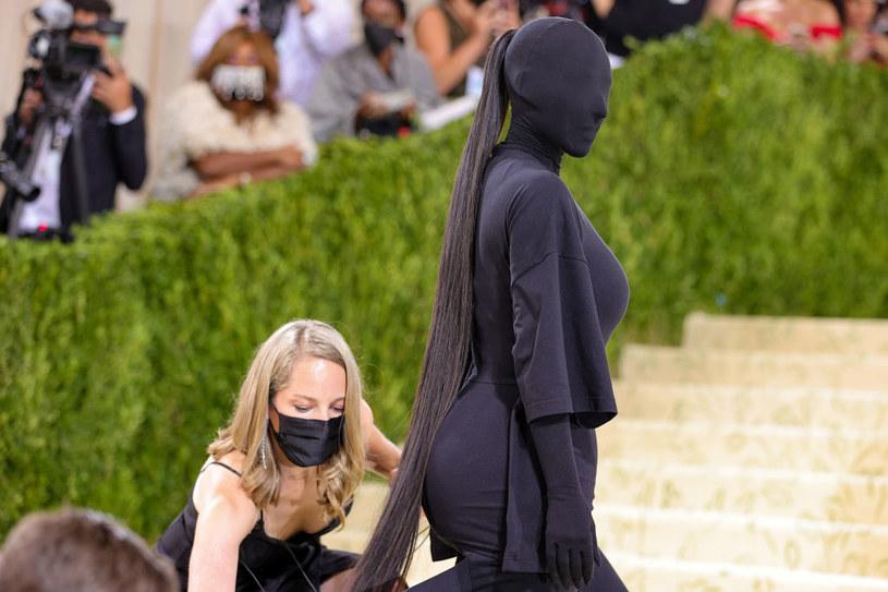Kim Kardashian zdecydowała się na dopasowany kombinezon zakrywający całą powierzchnię ciała – również  głowę /Theo Wargo / Staff /Getty Images