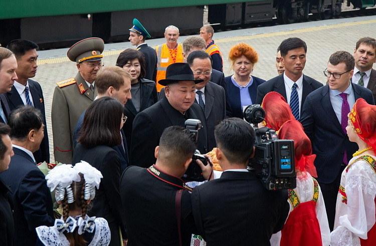 Kima, który przyjechał pancernym zielonym pociągiem, przywitano na stacji kolejowej chlebem i solą. /ALEXANDER SAFRONOV/PRIMORSKY AREA ADMINISTRATION HANDOUT /PAP/EPA