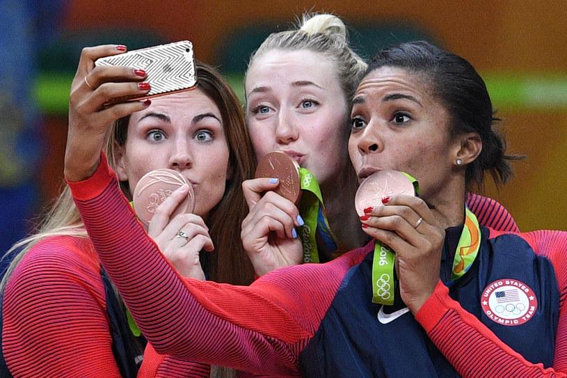 Kimberly Hill (w środku) i Rachael Adams z brązowymi medalami w siatkówce /AFP