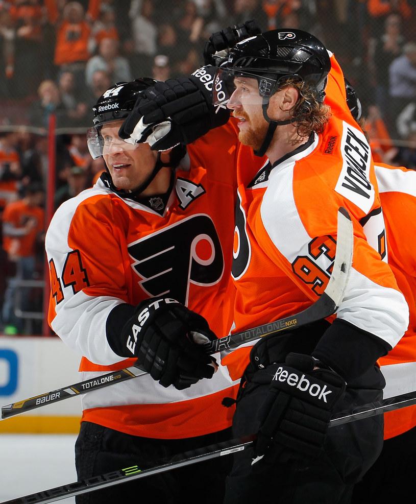 Kimmo Timonen i Jakub Voraczek cieszą się z gola dla Philadelphia Flyers /AFP