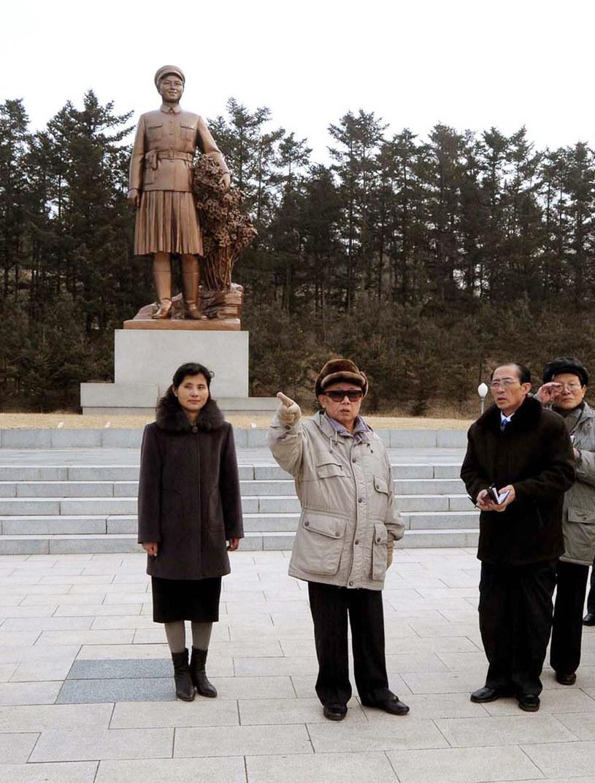Kin Dzonh Il (w środku) przed posągiem swojej matki, Kim Dzong Suk /zdj. z 2009 roku /KNS / KCNA / AFP /AFP