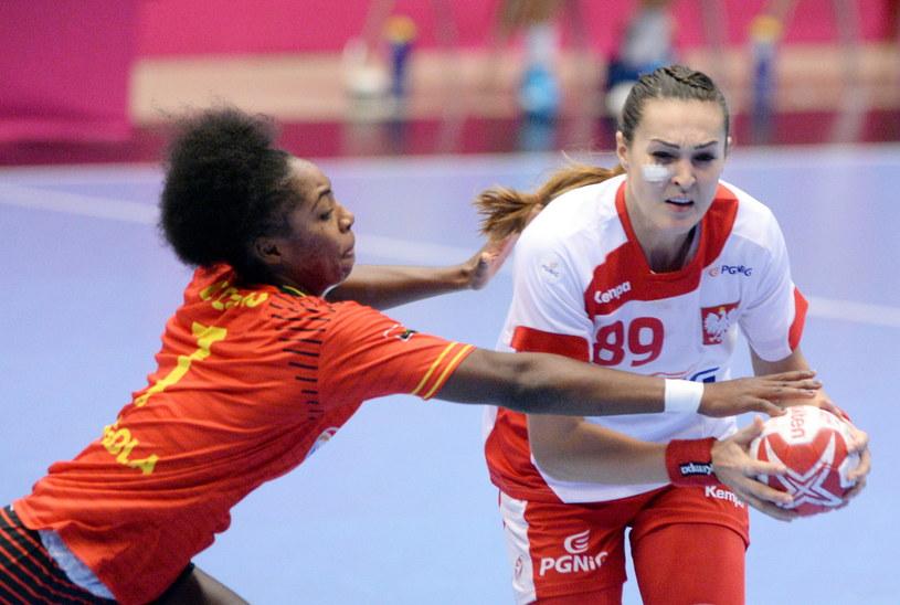 Kinga Achruk (z prawej) w meczu z Angolą /Fot. Marcin Bielecki /PAP
