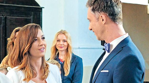 """Kinga (Aleksandra Zienkiewicz) i Artur (Łukasz Płoszajski) wreszcie powiedzą sobie """"tak"""" /Tele Tydzień"""