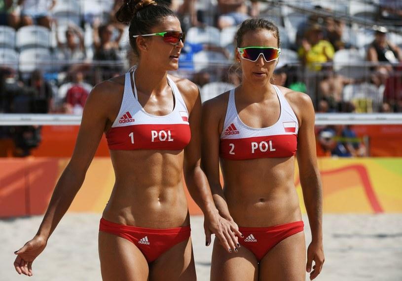 Kinga Kołosińska (z lewej) i Monika Brzostek (z prawej) /AFP
