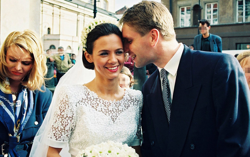 Kinga Rusin i Tomasz Lis w dniu ślubu. Obok stoi Hanna (jeszcze wtedy) Smoktunowicz, późniejsza żona Lisa /Zyburtowicz/Fotonova /East News