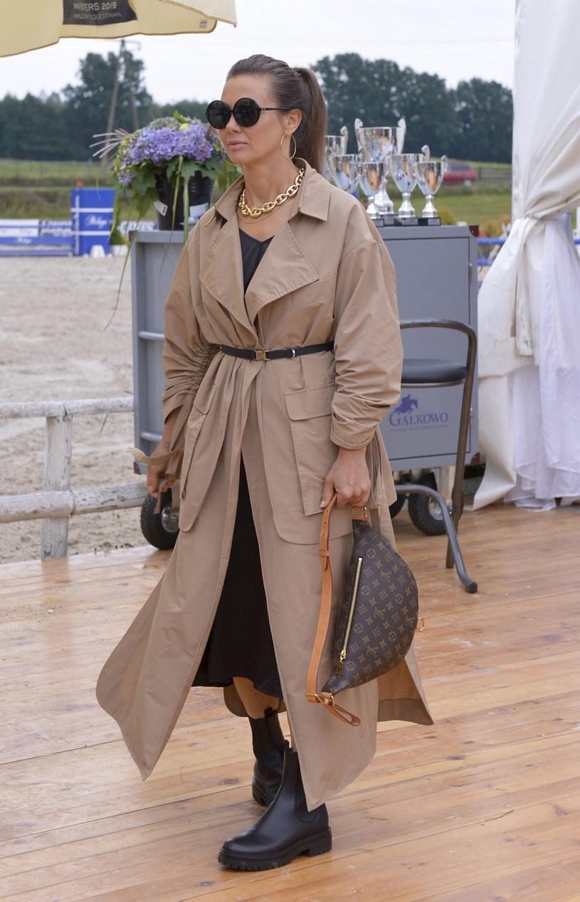 Kinga Rusin nawet na zawodach jazdy konnej potrafi zachwycić wyglądem. Ten płaszcz to hit sezonu! /Niemiec /AKPA