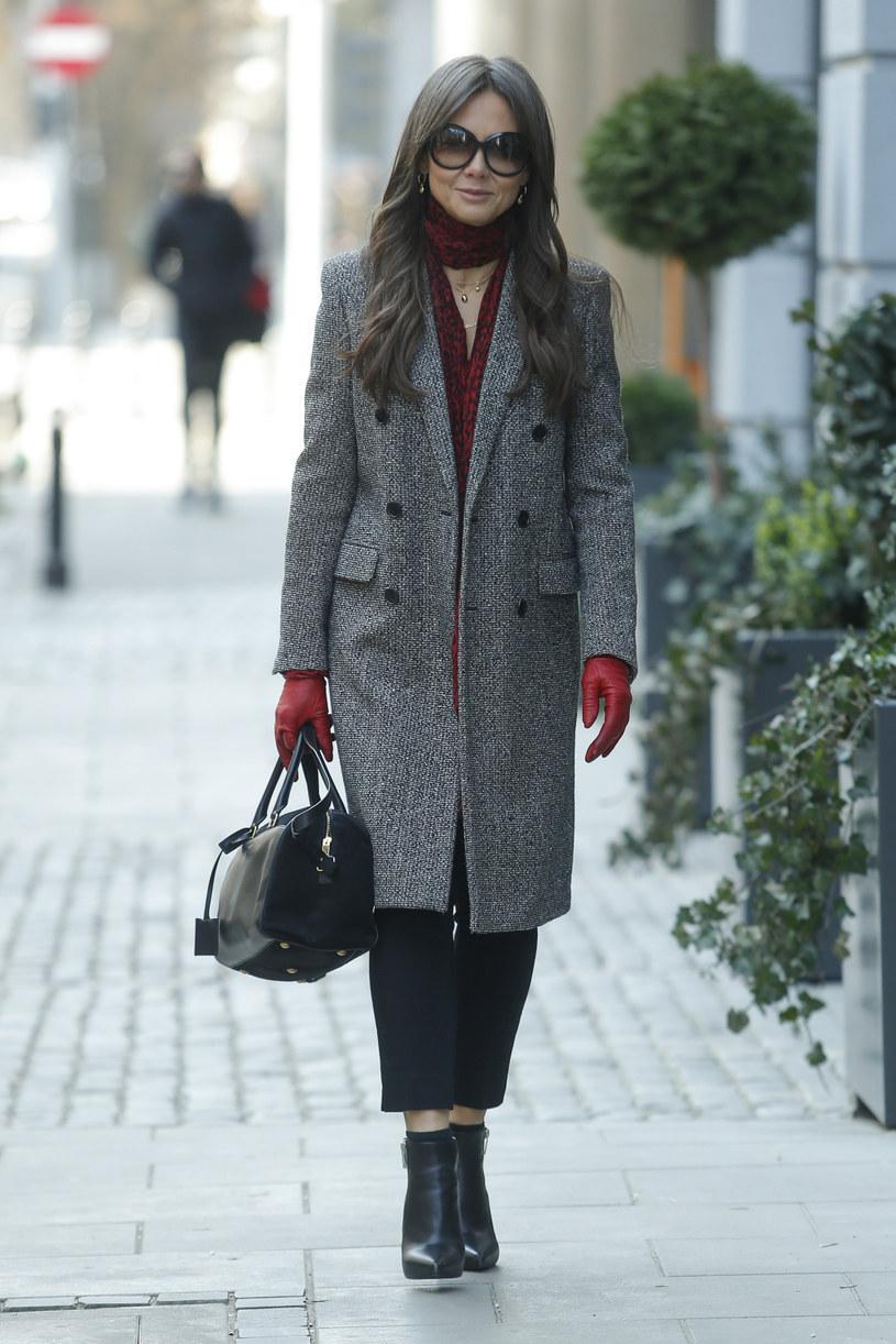 Kinga Rusin w dzianinowym płaszczu zestawionym z rękawiczkami w mocnej czerwieni /AKPA
