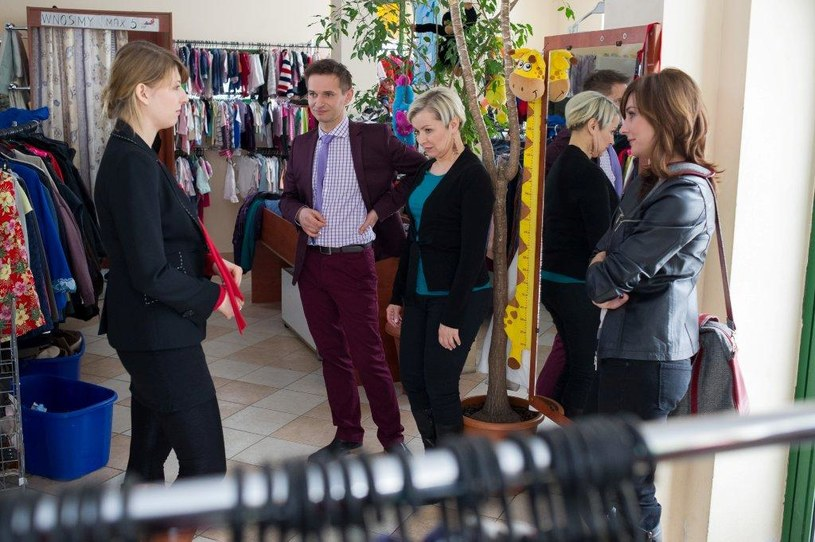 Kinga zabiera swoje podopieczne do sklepu Honoraty. Tłumaczy, jak ważna jest rola odpowiedniego ubioru podczas rozmowy o pracę. /TVN