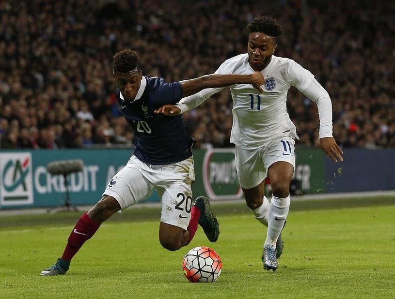 Kingsley Coman z Francji (z lewej) w pojedynku z Raheemem Sterlingiem /AFP