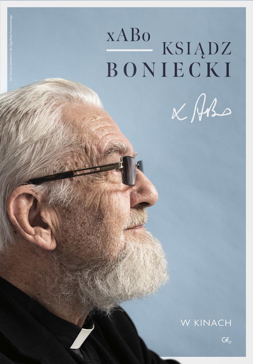 """Kinowy plakat filmu """"xABo: Ksiądz Boniecki"""" /Gutek Film /materiały dystrybutora"""