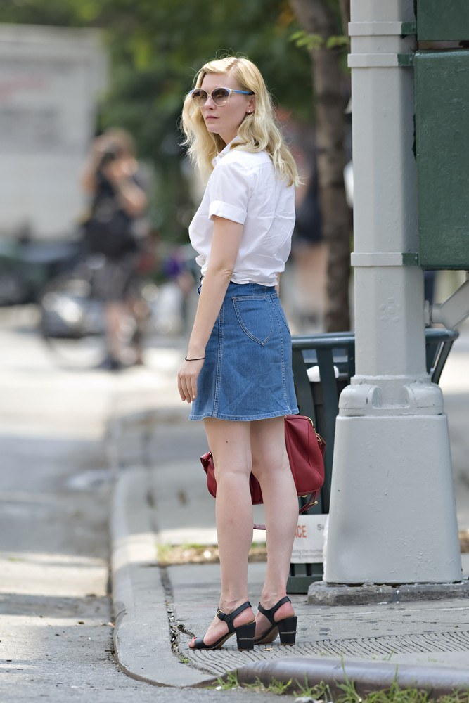 KIRSTEN DUNST (30) swoją stylizacją przypomina złotą zasadę: dżins kocha prostą białą koszulę. Na szczęście zawsze z wzajemnością! /Jason Webber/Splash News /East News