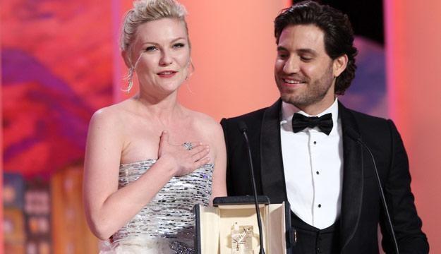 Kirsten Dunst odebrała nagrodę z rąk wenezuelskiego aktora Edgarda Ramireza /AFP