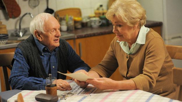 Kisiel wpadnie do Mostowiaków z wiadomością, że w starych papierach znalazł testament matki Lucjana. Zgodnie z nim jedyną osobą, która powinna po niej dziedziczyć, jest... Barbara. /Agencja W. Impact