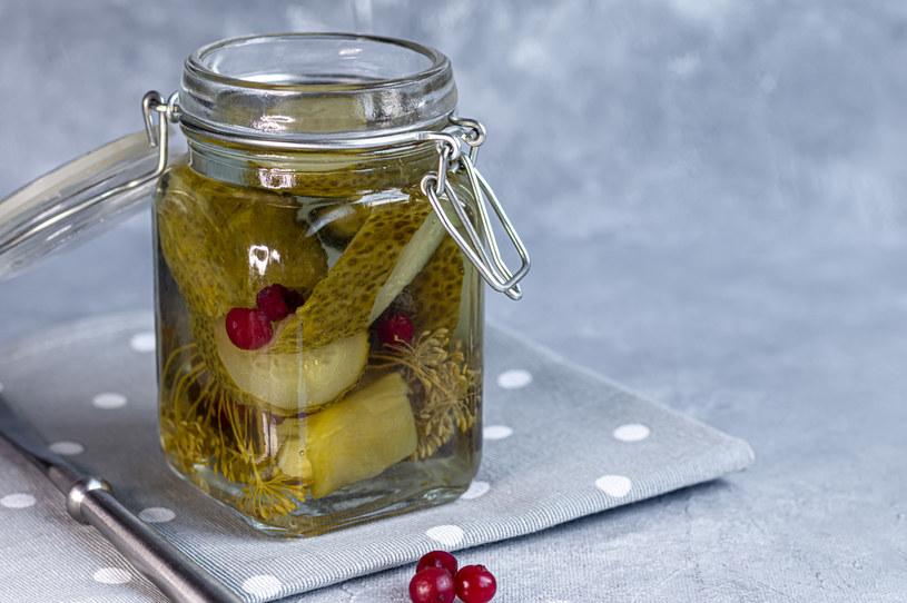 Kiszone lub konserwowe ogórki idealnie smakują w słodkim, śmietanowym sosie /123RF/PICSEL