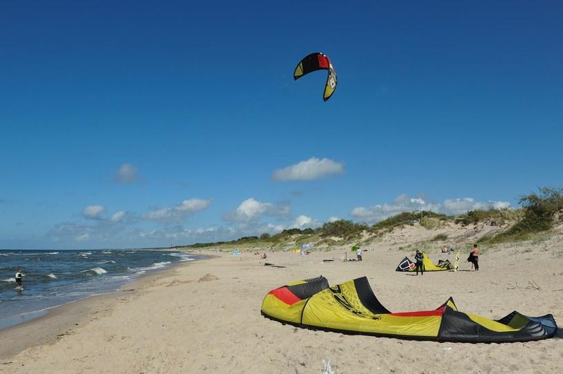 Kitesurferzy na plaży w Łazach /Gerard /Reporter