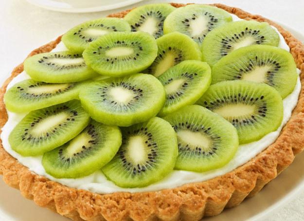 Kiwi sprawdzi się świetnie nie tylko w deserach /123RF/PICSEL