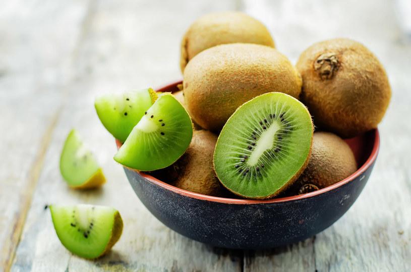 Kiwi ułatwia trawienie i poprawia pracę jelit /123RF/PICSEL