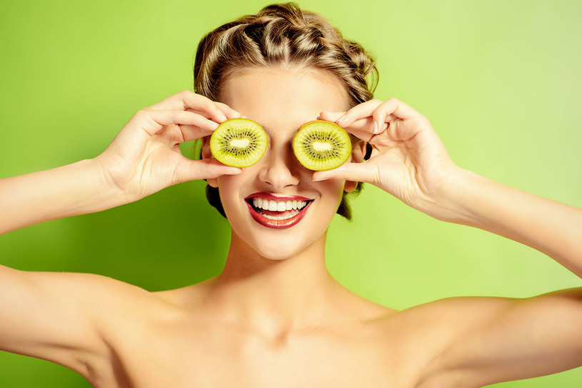 Kiwi. Z tego owocu możesz przygotować maseczki lub pilingi, rozświetlają cerę /Picsel /123RF/PICSEL