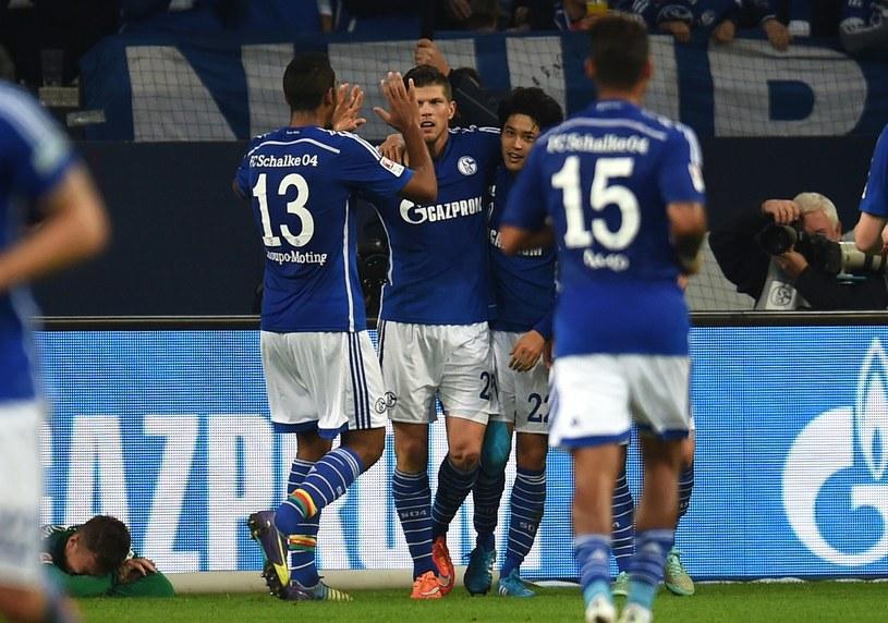 Klaas-Jan Huntelaar w objęciach kolegów po golu dla Schalke /AFP