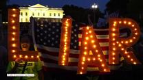 """""""Kłamca"""", """"Jesteś marionetką"""". Tak przywitali Trumpa przed Białym Domem"""