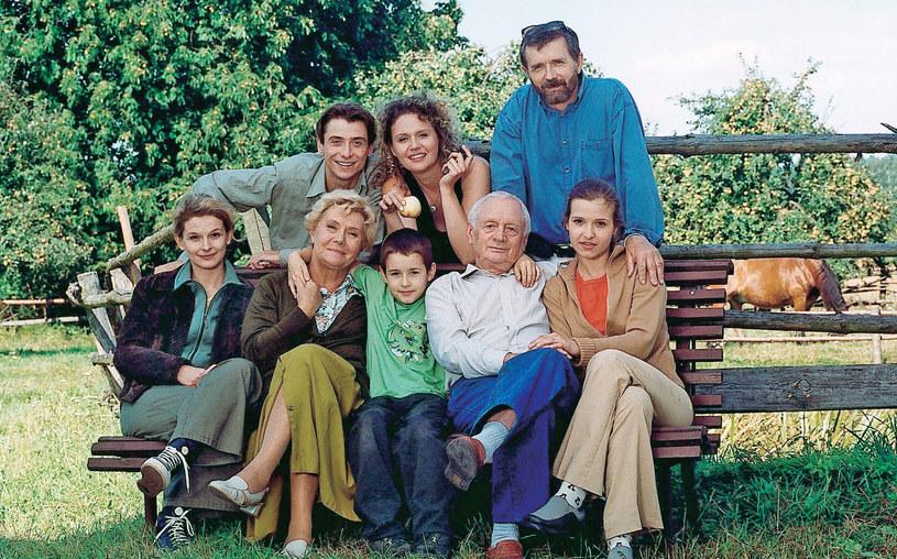 Klan Mostowiaków, od lewej na górze: Marek (Kacper Kuszewski), Maria (Małgorzata Pieńkowska) i Krzysztof (Cezary Morawski). Na dole, od lewej: Marta (Dominika Ostałowska), Barbara (Teresa Lipowska), Łukasz (Franciszek Przybylski), Lucjan (Witold Pyrkosz) i Małgosia (Joanna Koroniewska) /Tele Tydzień