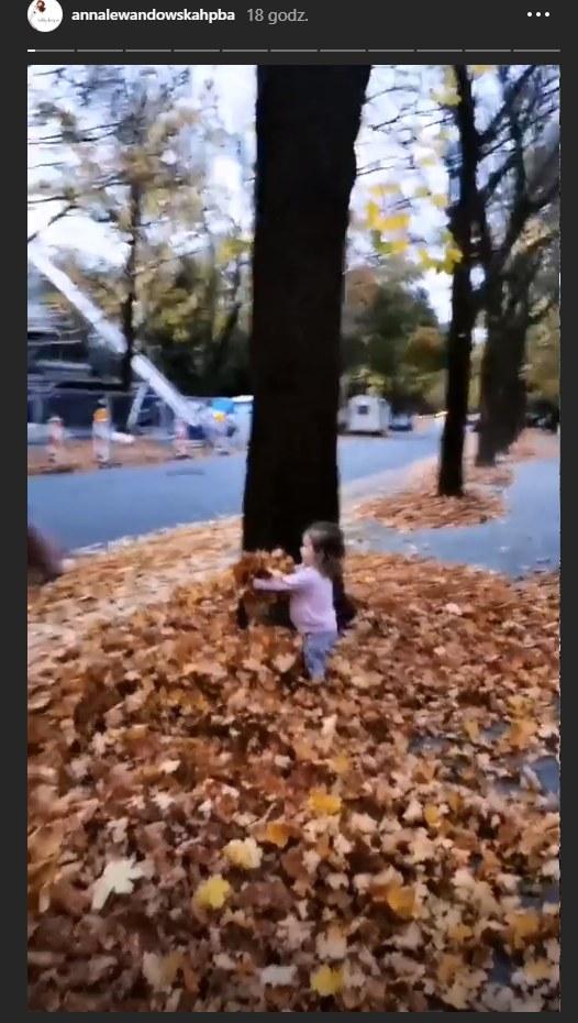 Klara Lewandowska bawiąca się z tatą /Instagram/@annalewandowskahpba  /Instagram