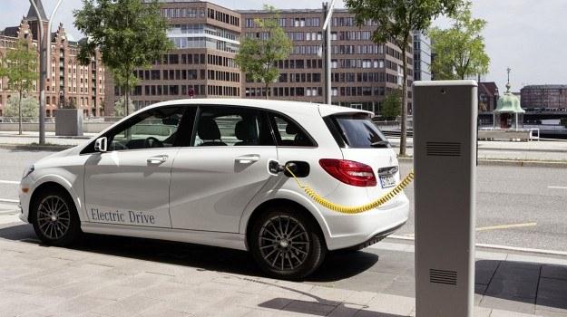 Klasa B Electric Drive będzie o około 2 cm wyższa od wersji spalinowych za sprawą opon o większym profilu i innych sprężyn. /Mercedes