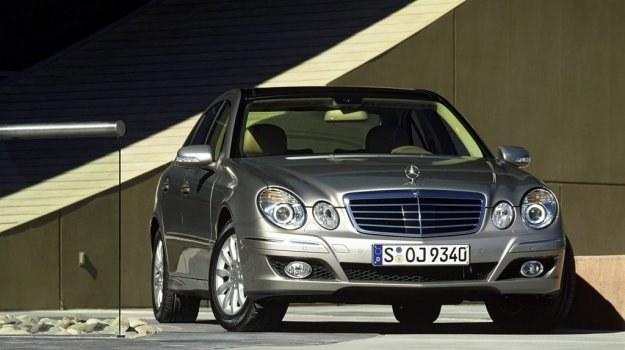 Klasa E (W211) po faceliftingu z 2006 r. ma inny przedni zderzak. /Mercedes