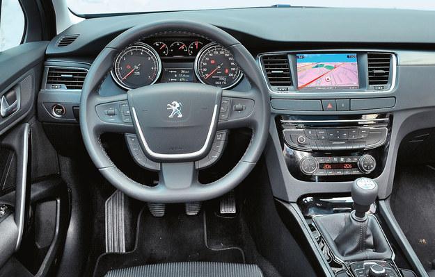 Klasyczna i bardzo starannie wykonana deska rozdzielcza. Podczas jazdy nic nie skrzypi, a materiały są odporne na zużycie. Jedynie obszycie kierownicy za szybko się wyciera. /Motor